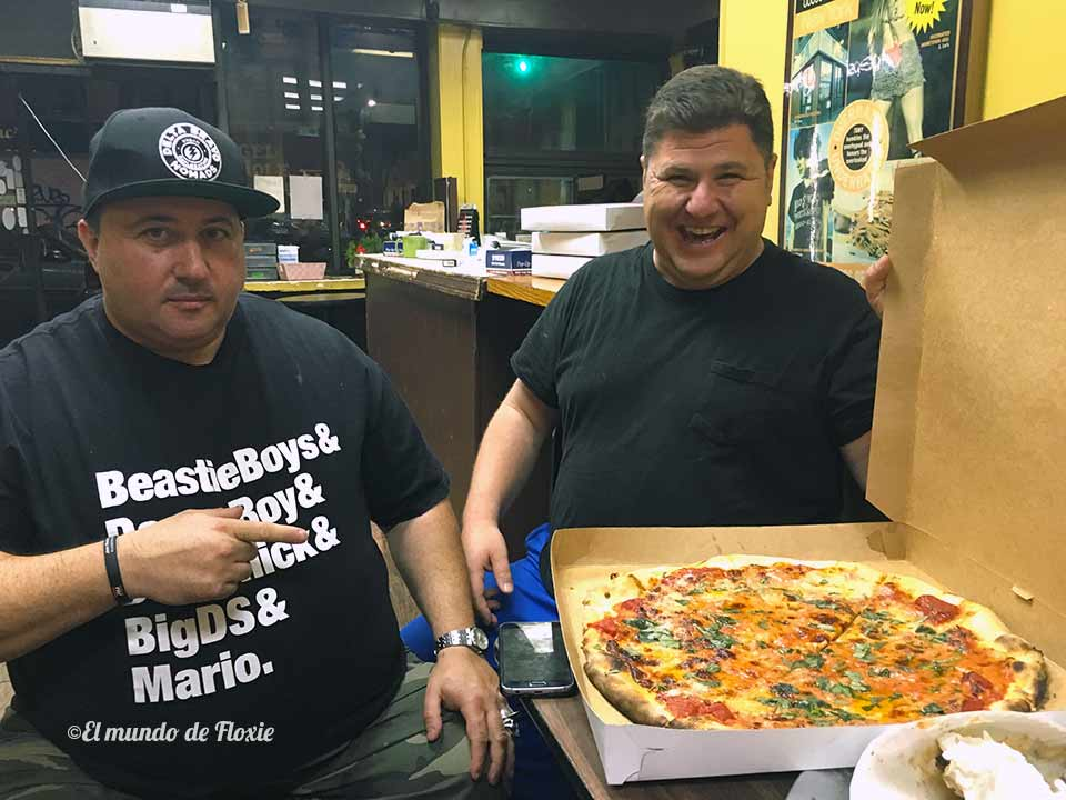 Big DS y Johnny Guac con la pizza que nos regaló Dom Jr.
