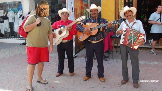 Mr. Filangie en Playa del Carmen con mariachis